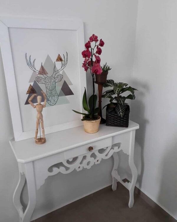 Decore o aparador branco com objetos e flores coloridas