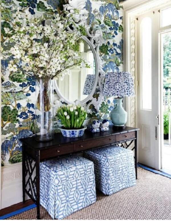 Decore o aparador pequeno com vasos de flores
