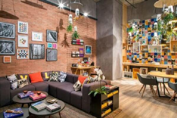 Em ambientes integrados, o sofá modular pode ser usado como divisória