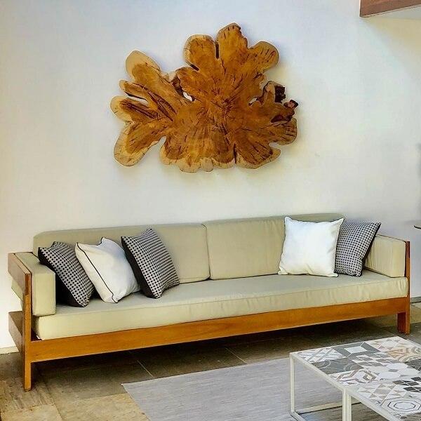 Escultura de madeira para parede com formato orgânico