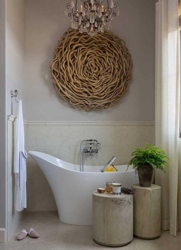 Escultura de madeira para parede decora o banheiro