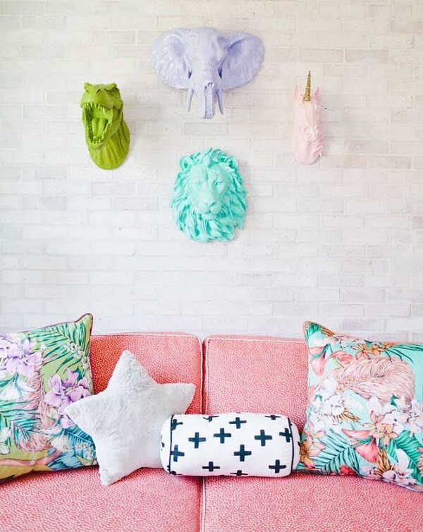 Escultura de parede colorida traz alegria para a decoração