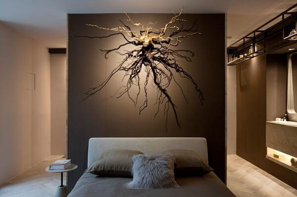 Escultura de parede criativa se destaca na decoração do dormitório