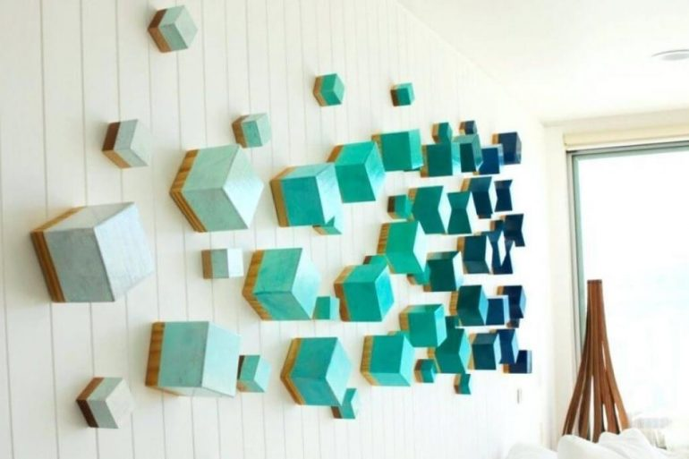 Escultura de parede feita com cubos coloridos