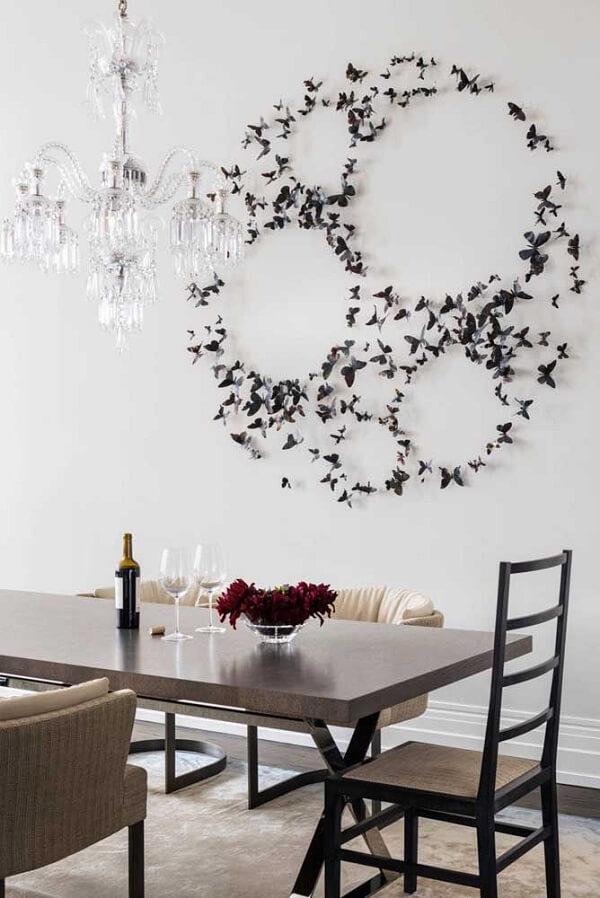 Escultura de parede metal feita com pequenas borboletas