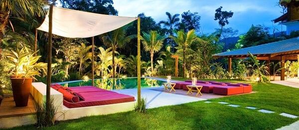 Espécie de coqueiros para jardim decoram essa linda área externa