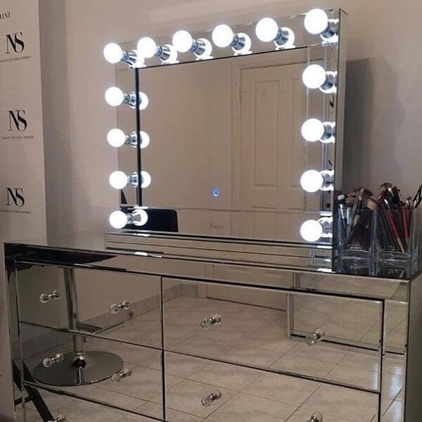 Penteadeira camarim espelhada é ideal para quem deseja dar destaque à decoração