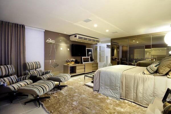 Guarda roupa casal grande e tapete de pelinho decoram o quarto