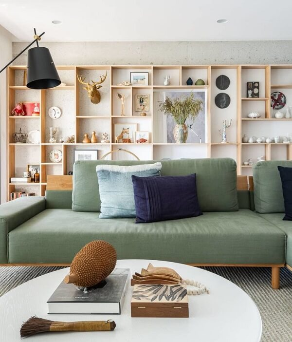 Invista em sofás modulares separados com acabamento em madeira