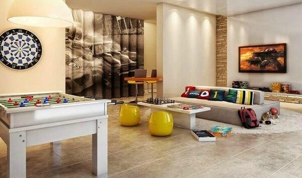 Invista em um sofá modular cinza para a sala de TV