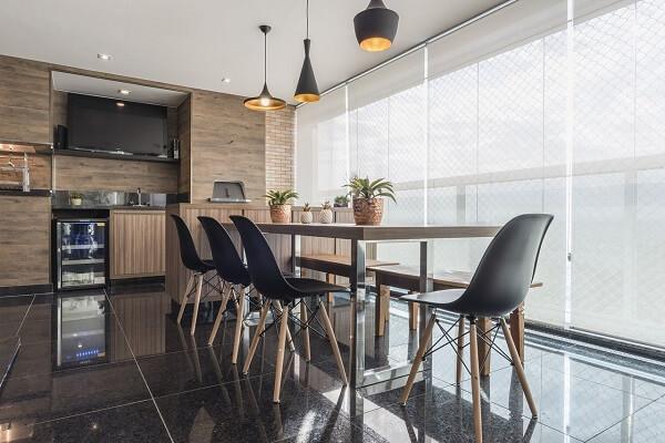 As luminárias pretas decoram a área da churrasqueira para apartamento