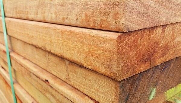 Tábuas e sarrafos de madeira podem ser usados em diferentes etapas de uma obr