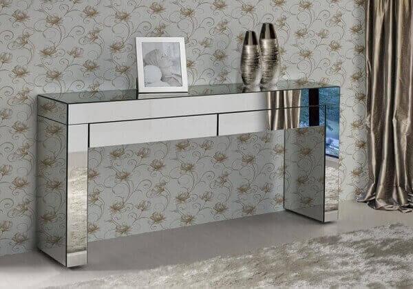 Modelo de aparador espelhado com duas gavetas decora o quarto de casal