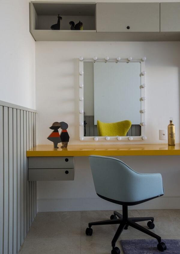 Modelo de penteadeira suspensa camarim em tom amarelo