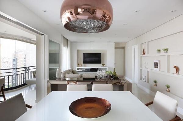 O aparador espelhado ajuda a decorar e organizar ambientes integrados