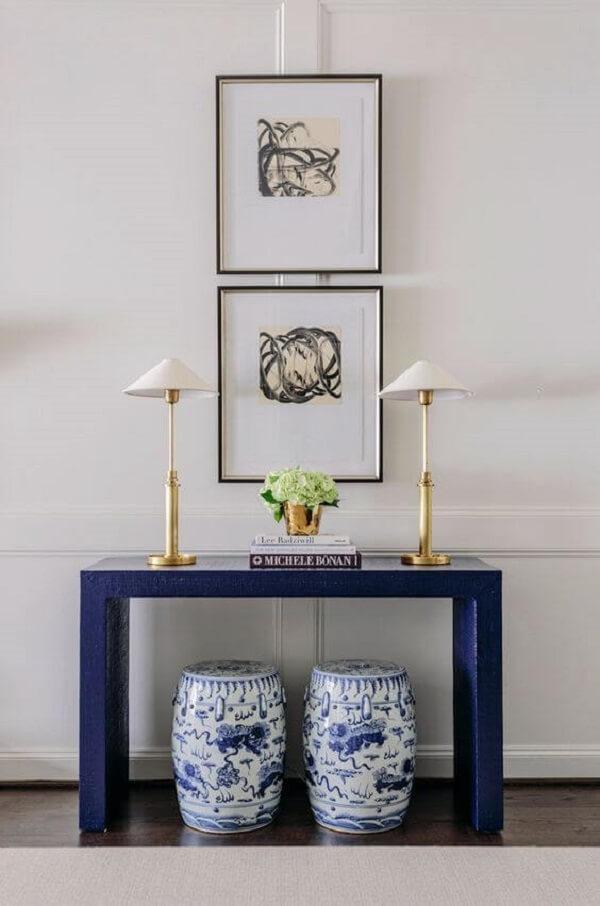 O aparador azul traz um toque de cor para o ambiente