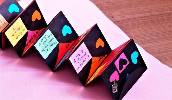 O cartão criativo pode ficar sobre a cama complementando a decoração dia dos namorados quarto