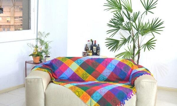 O coqueiro de jardim da espécie ráfia fica muito bem em salas de estar