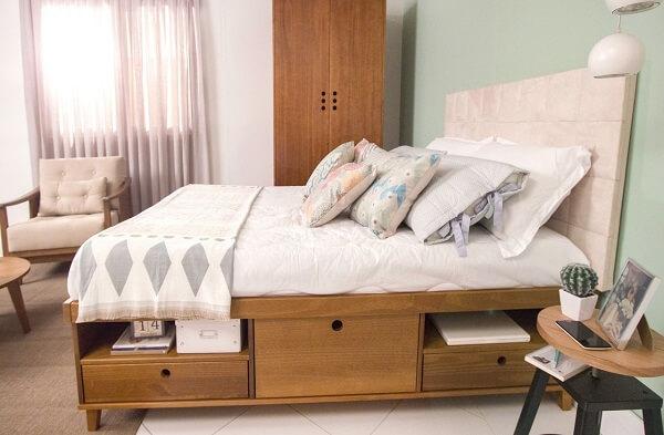 O formato dos puxadores do guarda roupa casal mdf segue o mesmo design das gavetas da cama