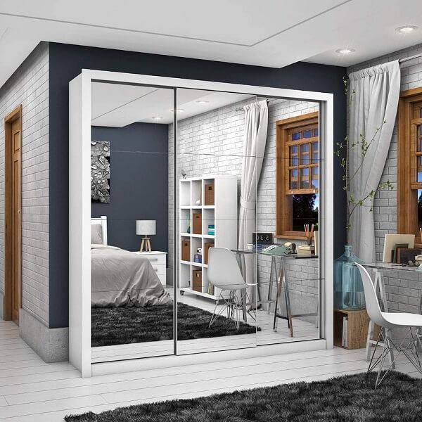 O guarda roupa casal 3 portas de correr espelhado é perfeito para quartos pequenos