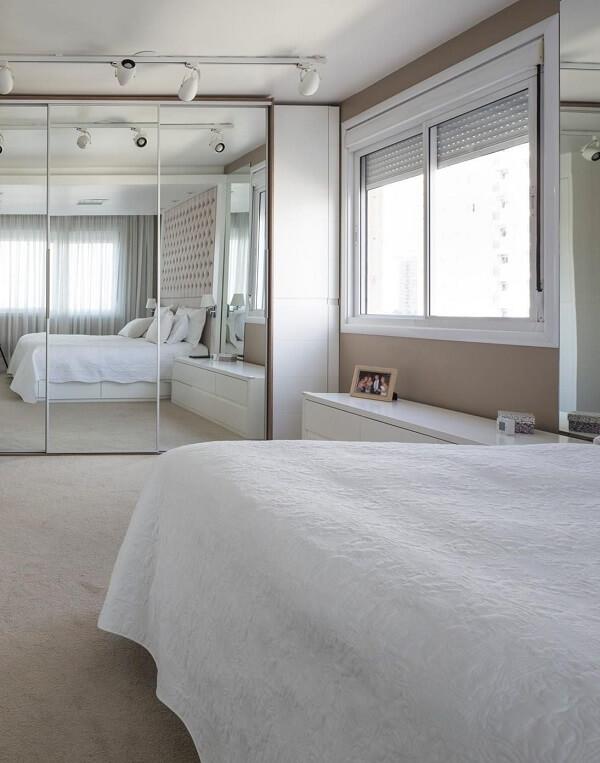 O guarda roupa casal com espelho amplia o espaço do quarto