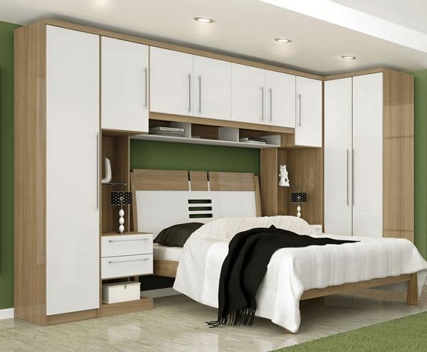 O guarda roupa com camas embutidas de casal conta com diversas portas