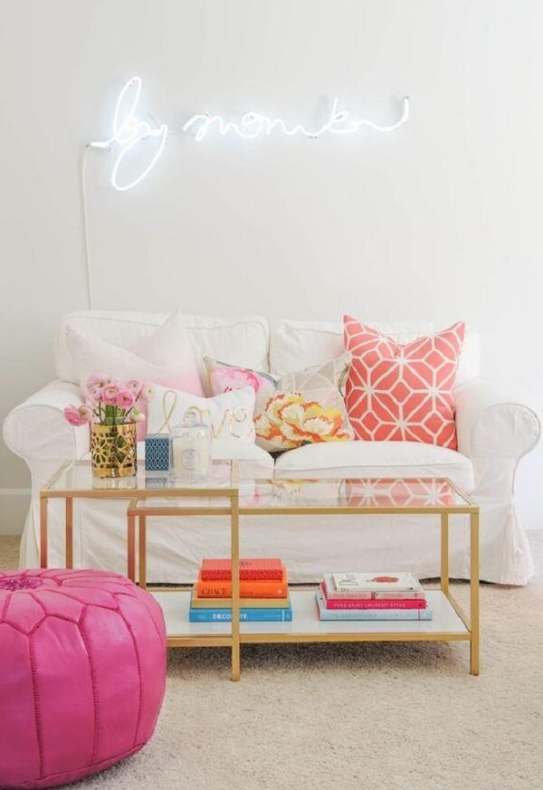 O letreiro luminoso neon trouxe personalidade para a sala de estar