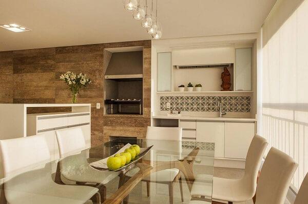 O nicho sob medida abriga a churrasqueira para apartamento