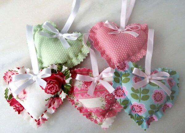 The perfumed sachet with heart-shaped fabric softener
