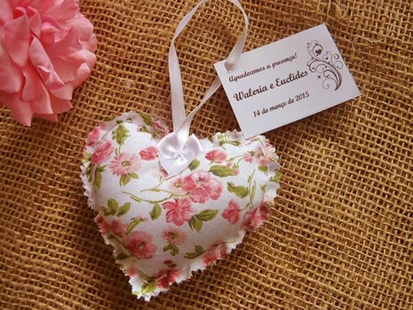 O sachê perfumado para lembrancinha em formato de coração faz muito sucesso entre os convidados