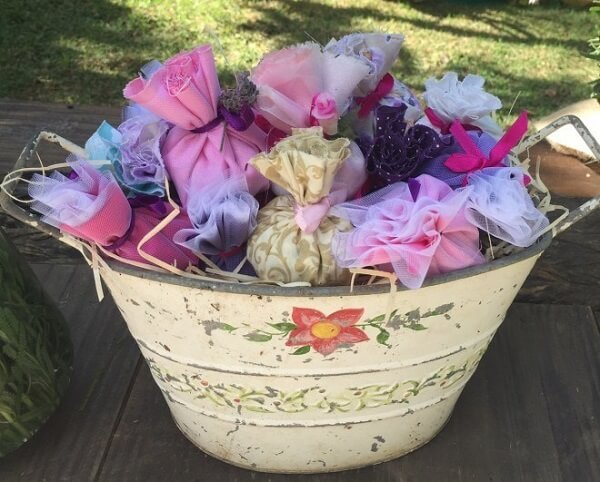 The perfumed sachet for souvenir can be exposed inside a decorative bucket