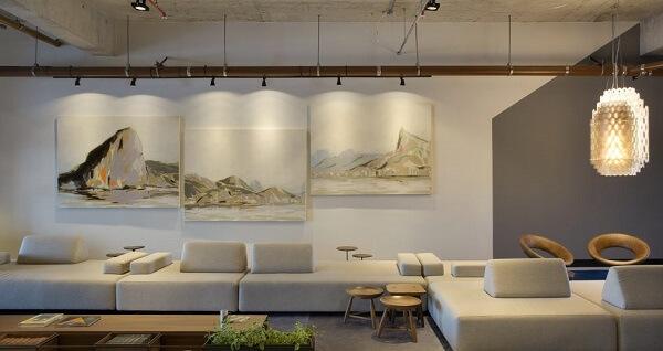 O sofá de módulos foi alinhado com a parede
