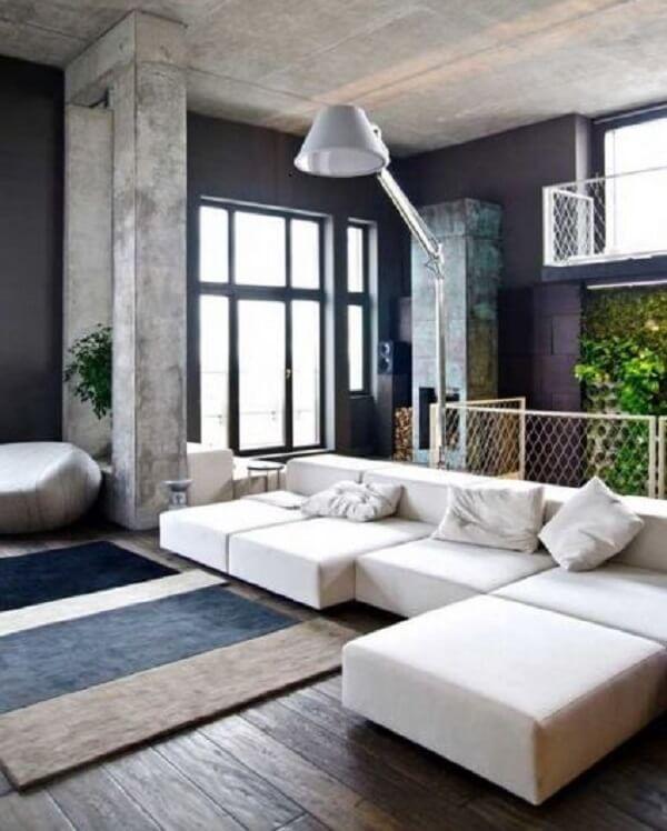 O sofá modular branco se encaixa perfeitamente com a decoração