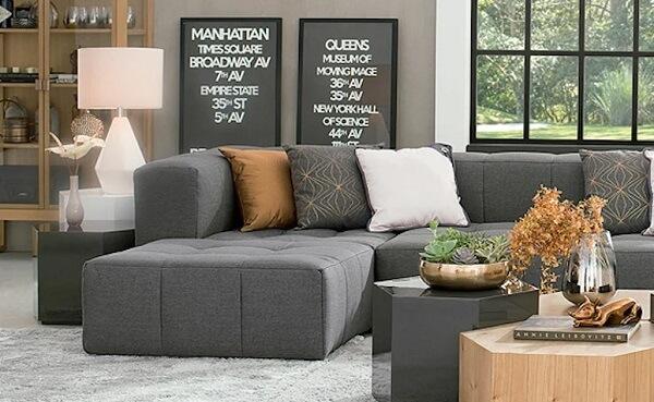 O sofá modular cinza fica discreto na decoração