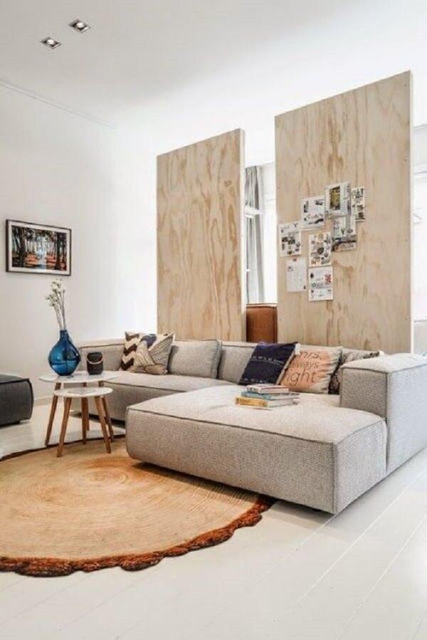 O sofá modular com chaise complementa a decoração da sala