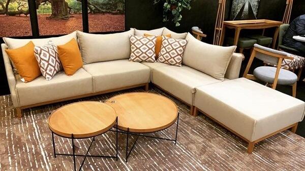 O sofá modular com chaise traz ainda mais conforto para o espaço