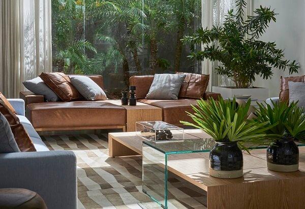 O sofá modular foi separado por uma estrutura de madeira