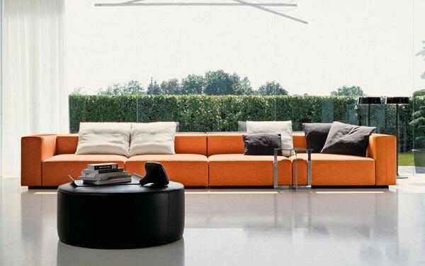 O sofá modular laranja se torna protagonista no ambiente