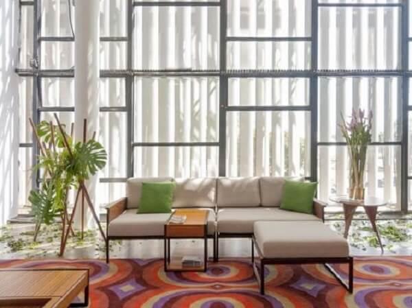O sofá modular neutro se harmoniza com a decoração do cômodo