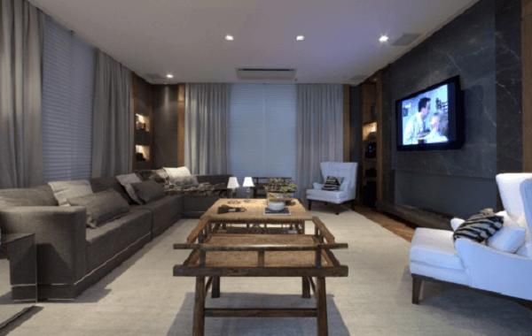 O tom do sofá modular combina com o acabamento das cortinas