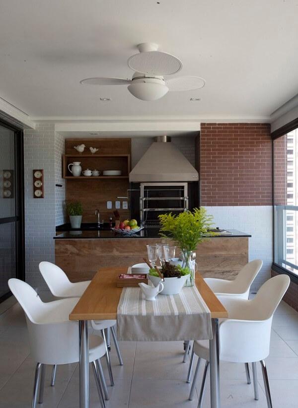 Os armários guardam os utensílios da churrasqueira para apartamento