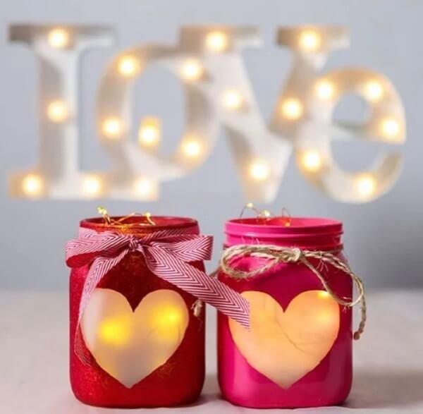 Os potinhos com luzes e coração ficam lindos na decoração dia dos namorados quarto simples