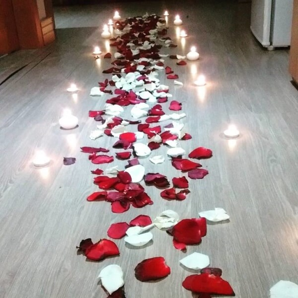 Pétalas e velas deixam o quarto decorado dia dos namorados ainda mais especial