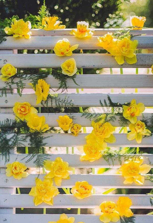 Painel decorativo montado com flor amarela pequena