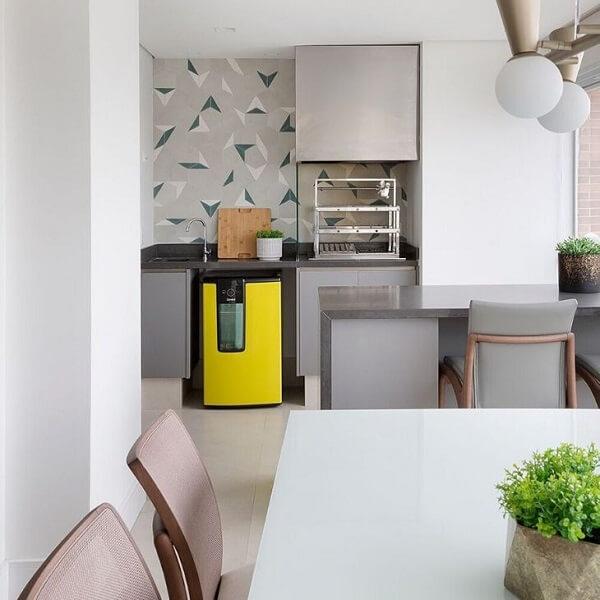 Papéis de parede estampado podem trazem charme para a área da churrasqueira