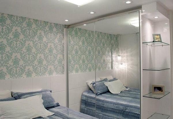 Papel de parede azul e guarda roupa planejado casal quarto pequeno