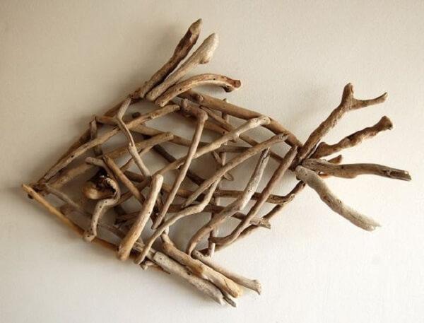 Para uma decoração rústica que tal investir em uma escultura de madeira para parede