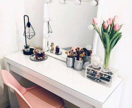 Penteadeiras com espelho camarim auxiliam na iluminação do ambiente