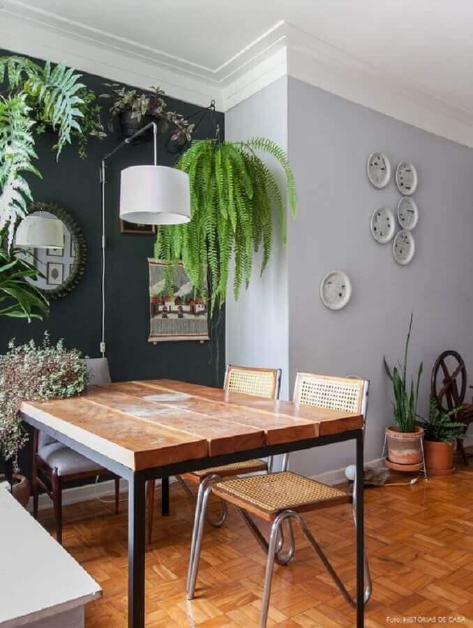 Plantas pendentes para decoração de sala de jantar com parede preta Foto Casa de Valentina