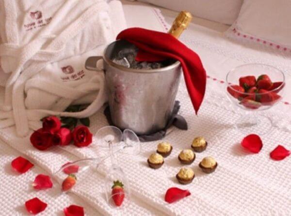 Procure incluir uma champanhe no quarto decorado para dia dos namorados